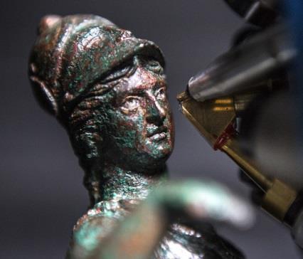 Etude des yeux d'une statuette de bronze avec New AGLAÉ. © Christophe Hargoues / C2RMF / CNRS Photothèque - Trésor du forum de Bavay