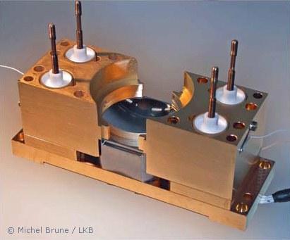 Cavité électromagnétique en cours de montage