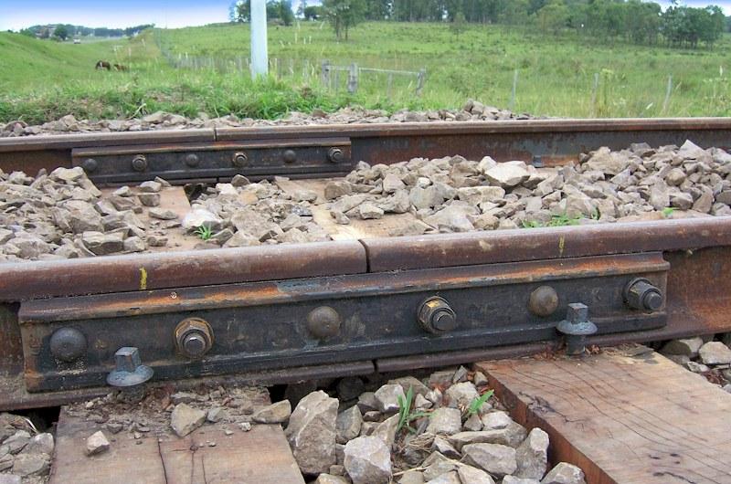2 éclisses ferroviaires sur rail